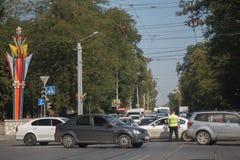 交通控制器调控在交叉路的交通有残破的t的 图库摄影