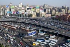 交通来到爬行在街市开罗在埃及在下午末期 免版税库存照片