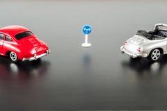 交通标志和两辆汽车 免版税图库摄影