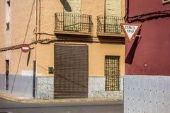 交通标志和五颜六色的墙壁在交叉路 库存图片