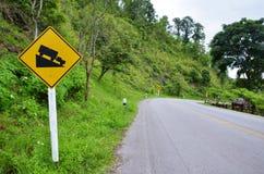交通标志浸泡小山下降在山的路对Pai在夜丰颂泰国 免版税库存照片