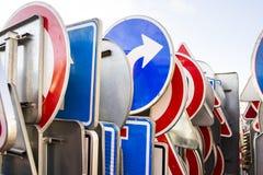 交通标志立场,在服务站点的机架 免版税库存照片