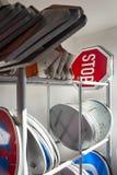 交通标志立场,在服务站点的机架 图库摄影