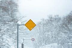 交通标志雪 免版税库存照片
