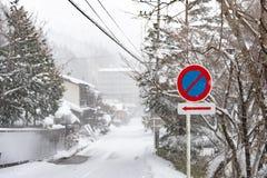 交通标志雪 库存图片