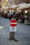 交通标志:禁止的段落/文本用德语:可利用 库存照片