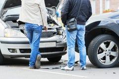 交通汽车在城市街道的崩溃事故 库存图片