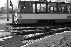 交通电车的城市居民 图库摄影