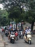 交通的骑自行车的人在街道上在越南 免版税图库摄影