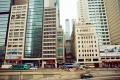 交通的水平在街道上的有摩天大楼的和斋戒驾驶出租汽车汽车 免版税库存照片