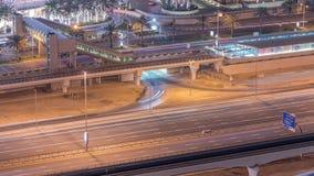 交通空中顶视图在购物中心附近的与从电车中止的人行桥在夜timelapse在迪拜小游艇船坞在迪拜,阿拉伯联合酋长国 股票录像