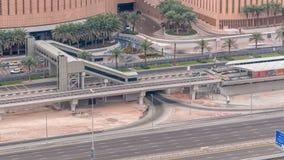交通空中顶视图在购物中心附近的与从电车中止timelapse的人行桥在迪拜小游艇船坞在迪拜,阿拉伯联合酋长国 股票录像