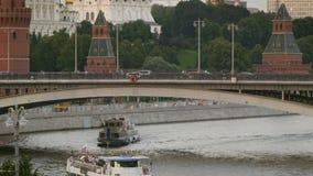 交通船和汽车在桥梁在克里姆林宫附近 股票视频