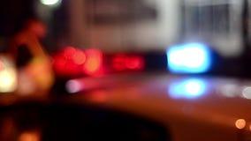 交通警任命在街道上的工作军官 警察在工作 警察应急灯闪光在晚上 3d事故查出的汽车例证回报了白色 犯罪场面 股票视频