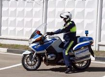 交通警摩托车BMW的审查员离开巡逻路 图库摄影