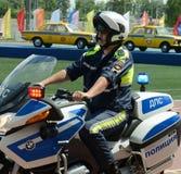 交通警摩托车BMW的审查员离开巡逻路 库存照片