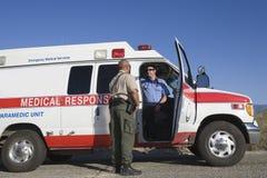 交通警谈话与EMT医生 免版税库存照片