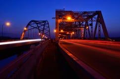 交通过桥在晚上 免版税库存图片