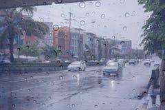 交通通过窥镜,被弄脏的雨 库存照片