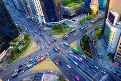 交通速度通过一个交叉点在Gangnam 免版税库存图片