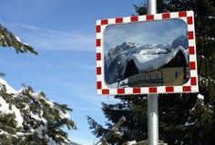 交通镜子在雪白环境里 免版税库存照片