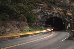交通长的曝光在状态路线41来自一个隧道的Wawona路的在优胜美地国家公园,加利福尼亚 库存照片