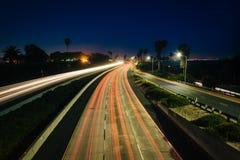交通长的曝光在美国101的在晚上,在维特纳, Califor 库存照片