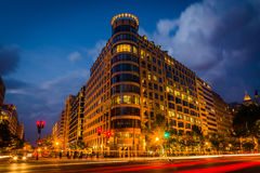 交通长的曝光在K街道和一个现代大厦上的在ni 库存图片