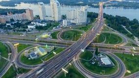 交通静态垂直的下来上面鸟瞰图在高速公路互换的在晚上 Timelapse背景 股票录像