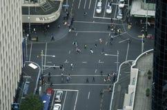 交通鸟瞰图在女王/王后街道上的在奥克兰新西兰 库存图片