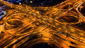 交通鸟瞰图在巨型的高速公路交叉点的在晚上 免版税库存图片
