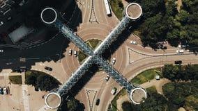 交通鸟瞰图  繁忙的交通时间间隔在环形交通枢纽的与好的上面建筑学步行十字架 股票视频