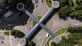 交通鸟瞰图  繁忙的交通时间间隔在环形交通枢纽的与好的上面建筑学步行行人穿越道 股票录像