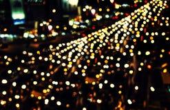 交通Bokeh光在晚上在城市 库存图片