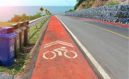 交通protecion的警告信号标志和自行车车道签字 库存图片