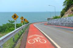 交通protecion的警告信号标志和自行车车道签字 免版税库存图片