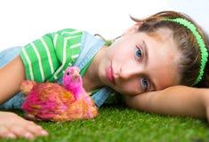 交配动物者母鸡哄骗女孩有鸡小鸡的蓄牧者农夫 免版税图库摄影