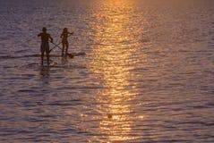 交错的两paddlesurfers。 免版税库存图片