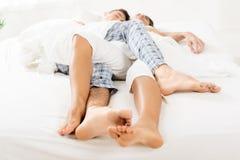 交错的腿睡觉夫妇 库存图片