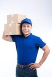 交付人 有小包箱子的亚裔邮差 邮政递送 库存图片