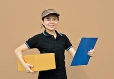 交付妇女运载的纸板箱 库存图片