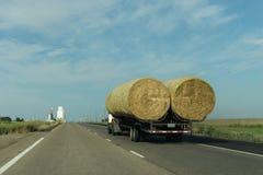 交付干草的卡车 库存照片