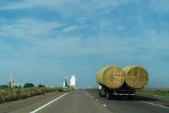 交付干草的卡车 库存图片