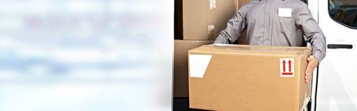 交付有箱子的邮差手 免版税库存图片