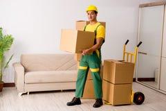 交付箱子的人在房子移动期间 库存图片