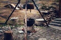 亦称一个大锅大锅,大金属罐水壶烹调或沸溢的开火 库存图片