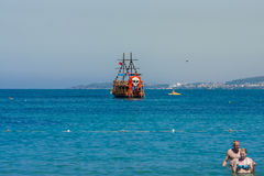 亦称传统小船在帆船海盗船的海绊倒 免版税库存图片