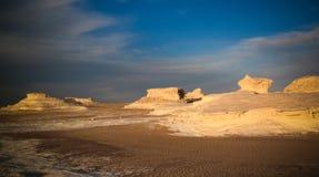 亦称抽象自然岩层雕塑,白色沙漠,撒哈拉大沙漠,埃及 库存图片