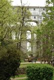 亦称斗篷桥梁城堡桥梁是Krumlov城堡地标  库存图片