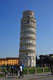 亦称斜塔在奇迹广场Piazza与游人的del Duomo,比萨,意大利 库存图片